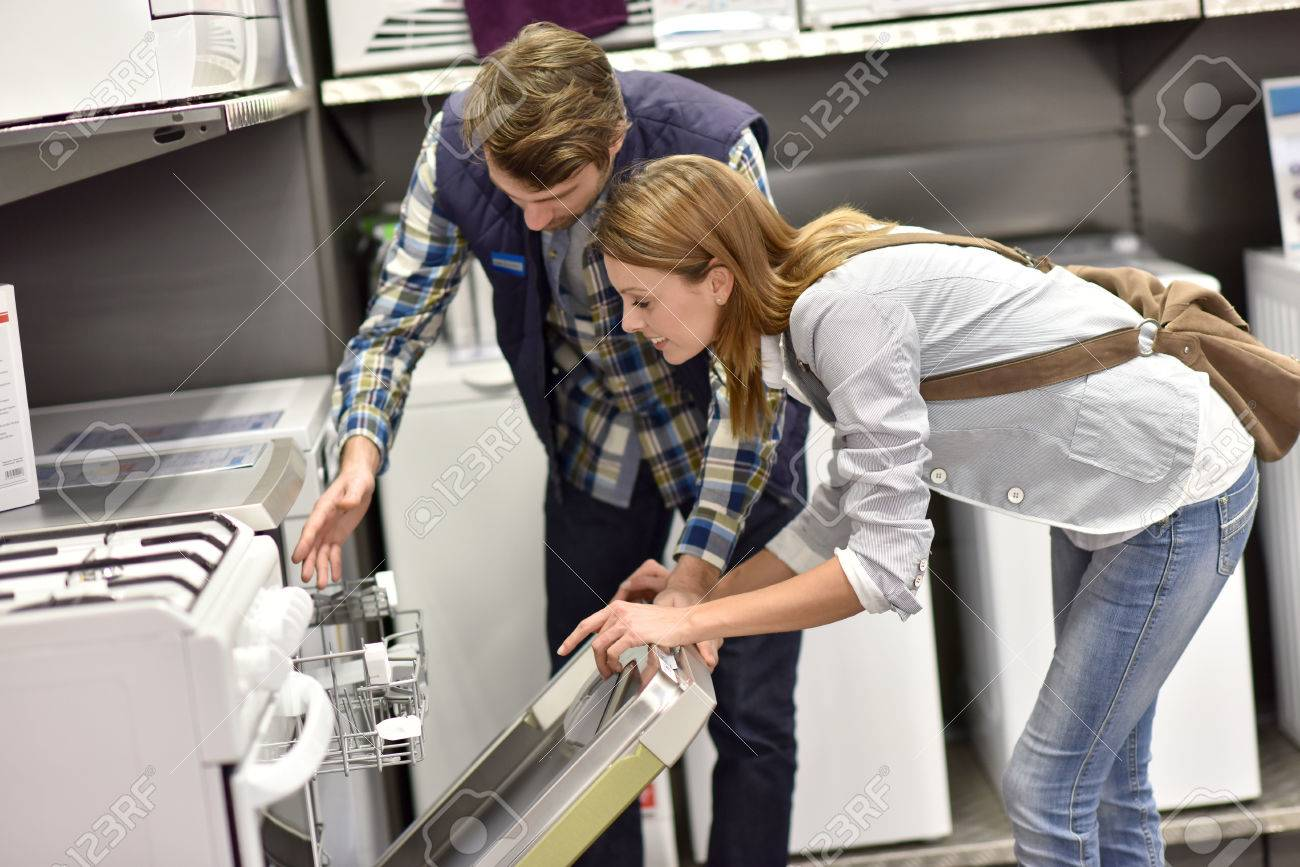 Seller helping customer with choosing dishwasher Banque d'images - 52822261