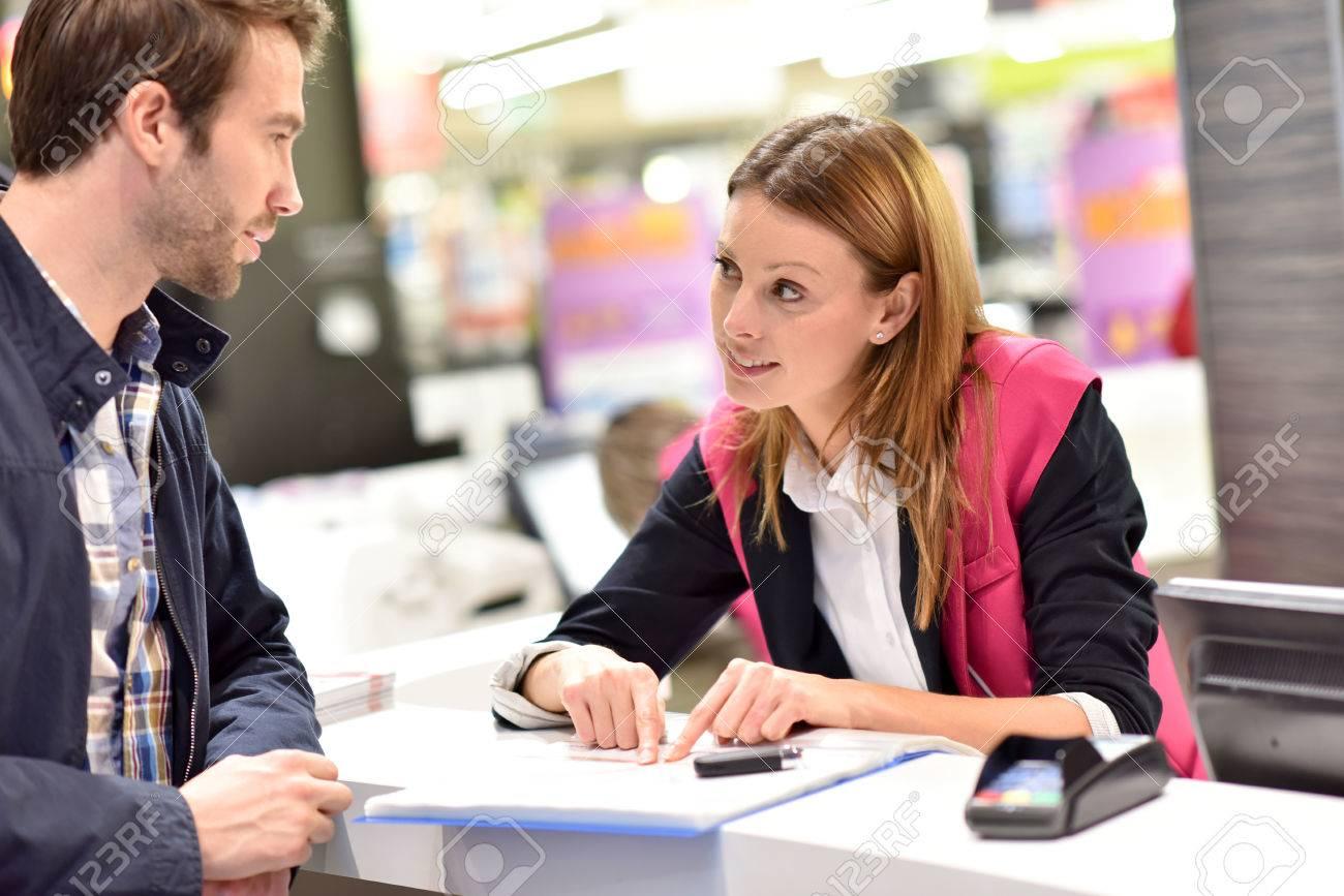Autovermietung Assistent Informationen zu Kunden geben Standard-Bild - 51882016