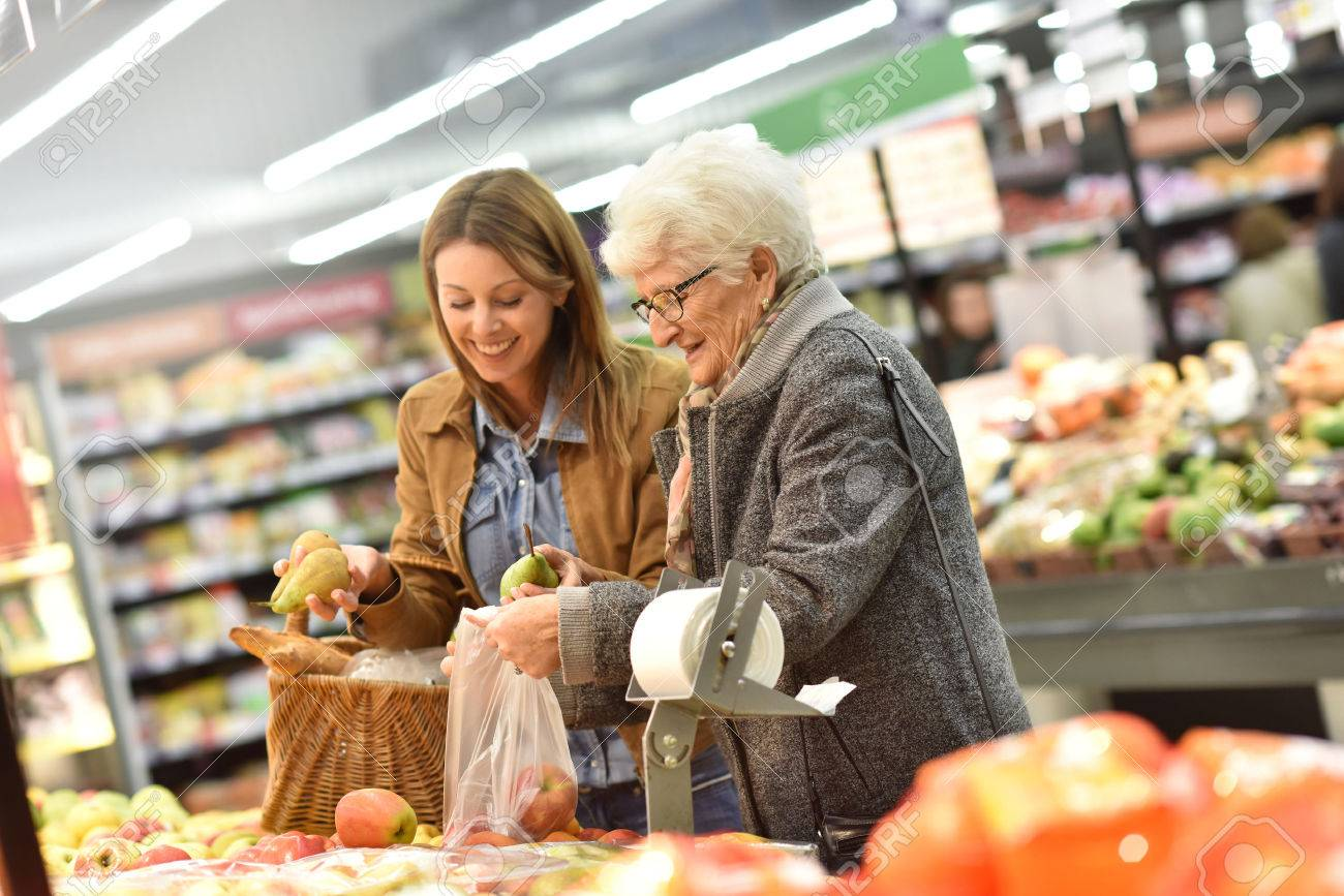 Elderly woman with young woman at the grocery store Banque d'images - 51881876