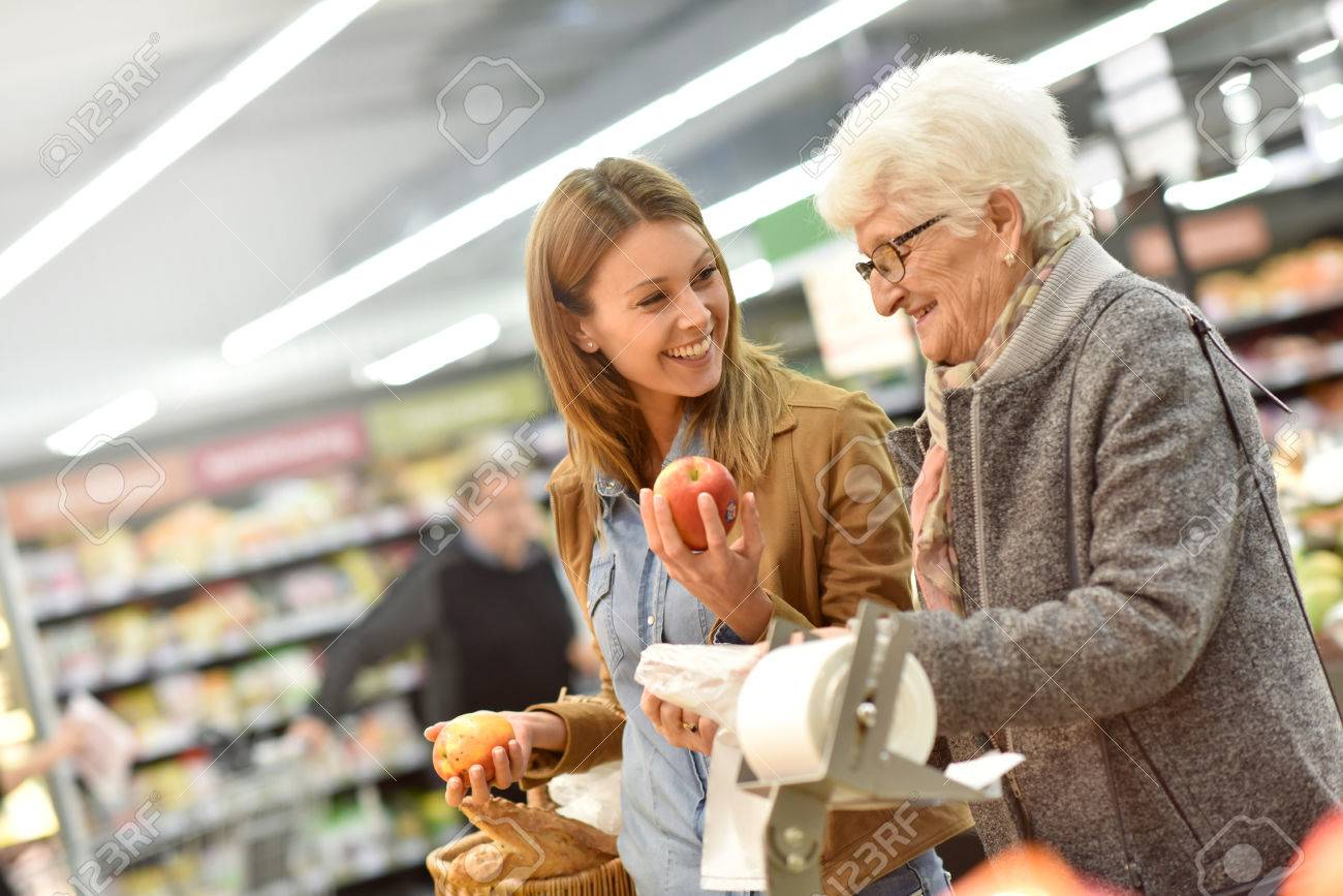 Elderly woman with young woman at the grocery store Banque d'images - 51881796