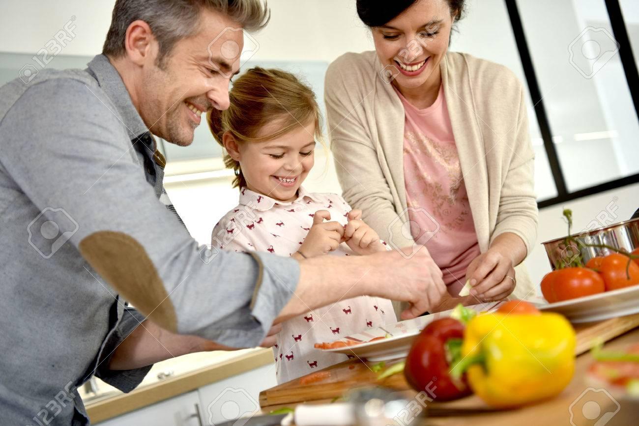 Eltern mit Kind zusammen kochen zu Hause Standard-Bild - 54112165