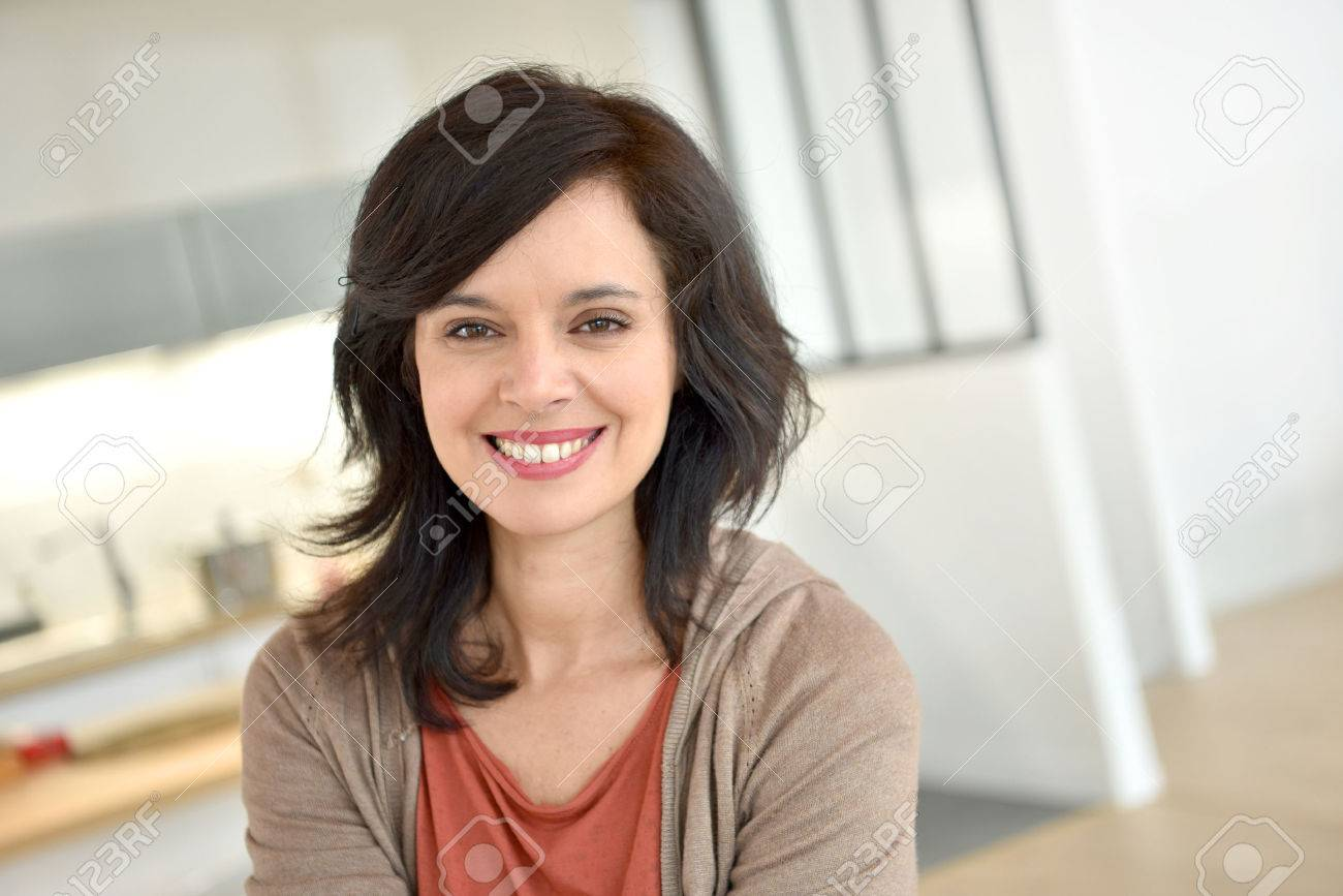 Portrait of smiling 40-year-old woman at home Banque d'images - 54112316