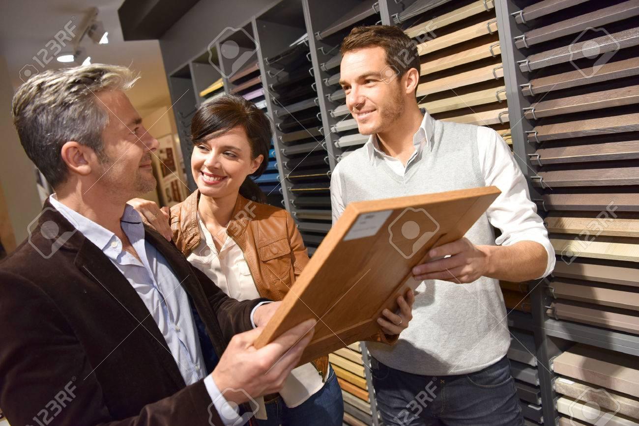 Couple avec vendeur dans la cuisine magasin de meubles Banque d'images - 54121025