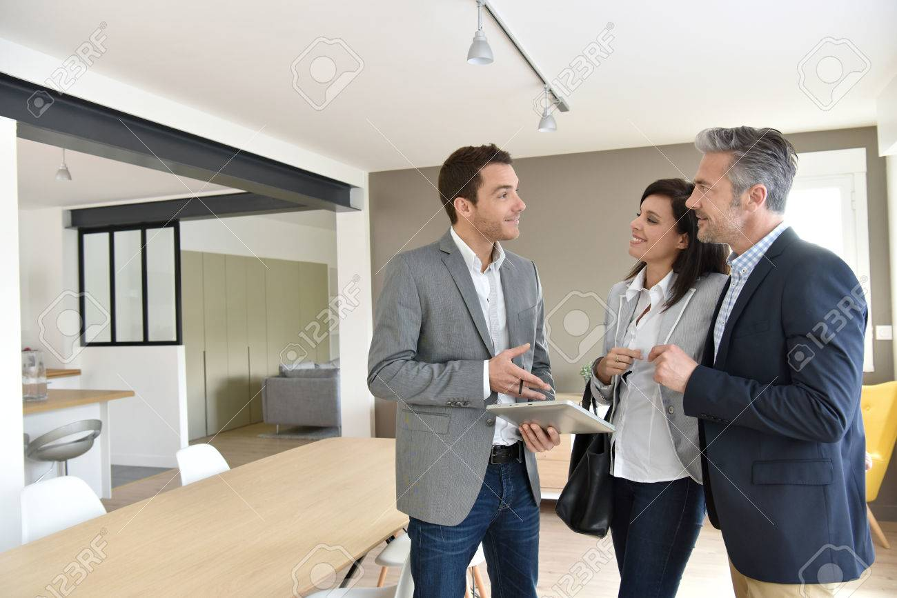 Mature couple with real-estate agent visiting new house Banque d'images - 55298919