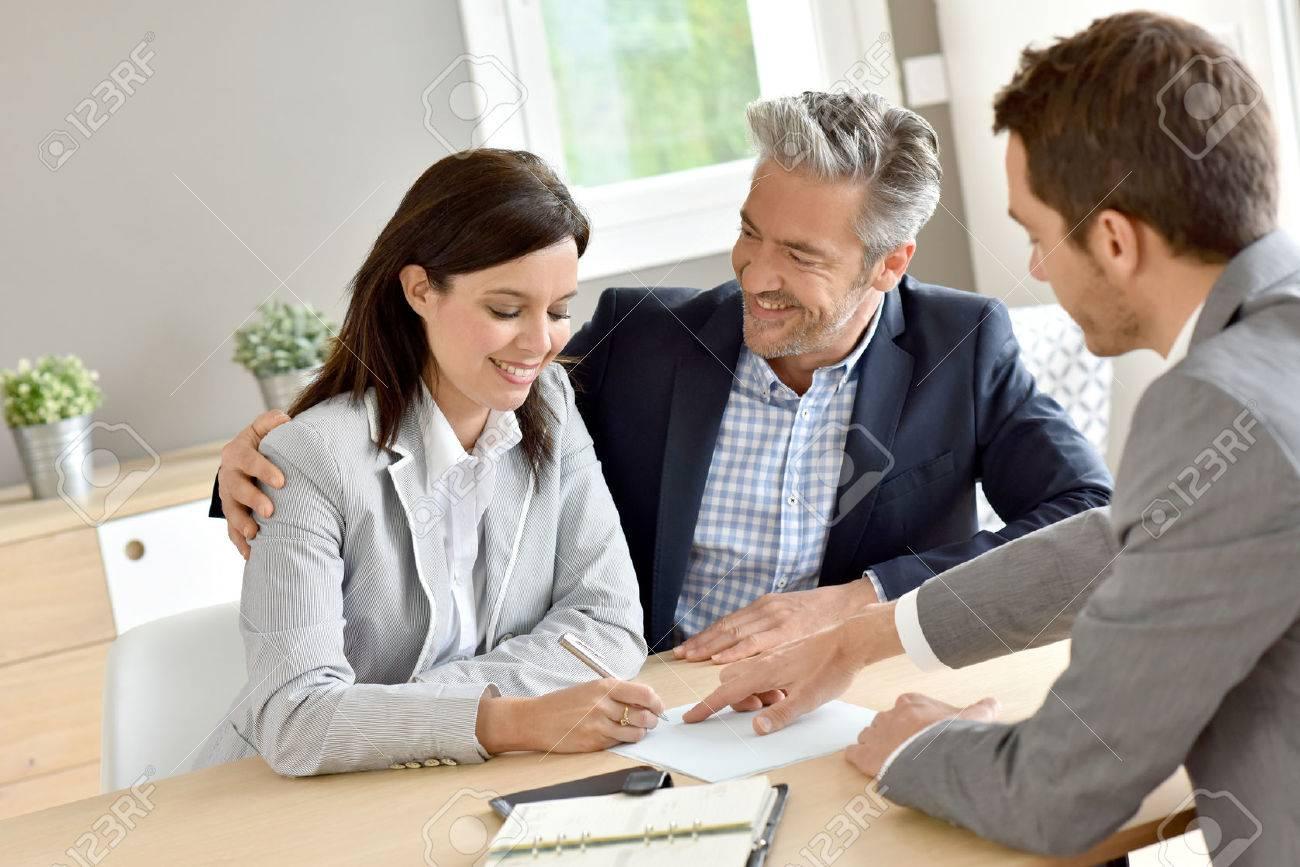 Couple dans l'immobilier signature du contrat d'agence Banque d'images - 55299256