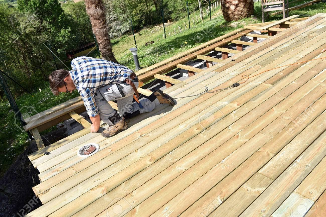 Carpenter building wooden deck Banque d'images - 56490295