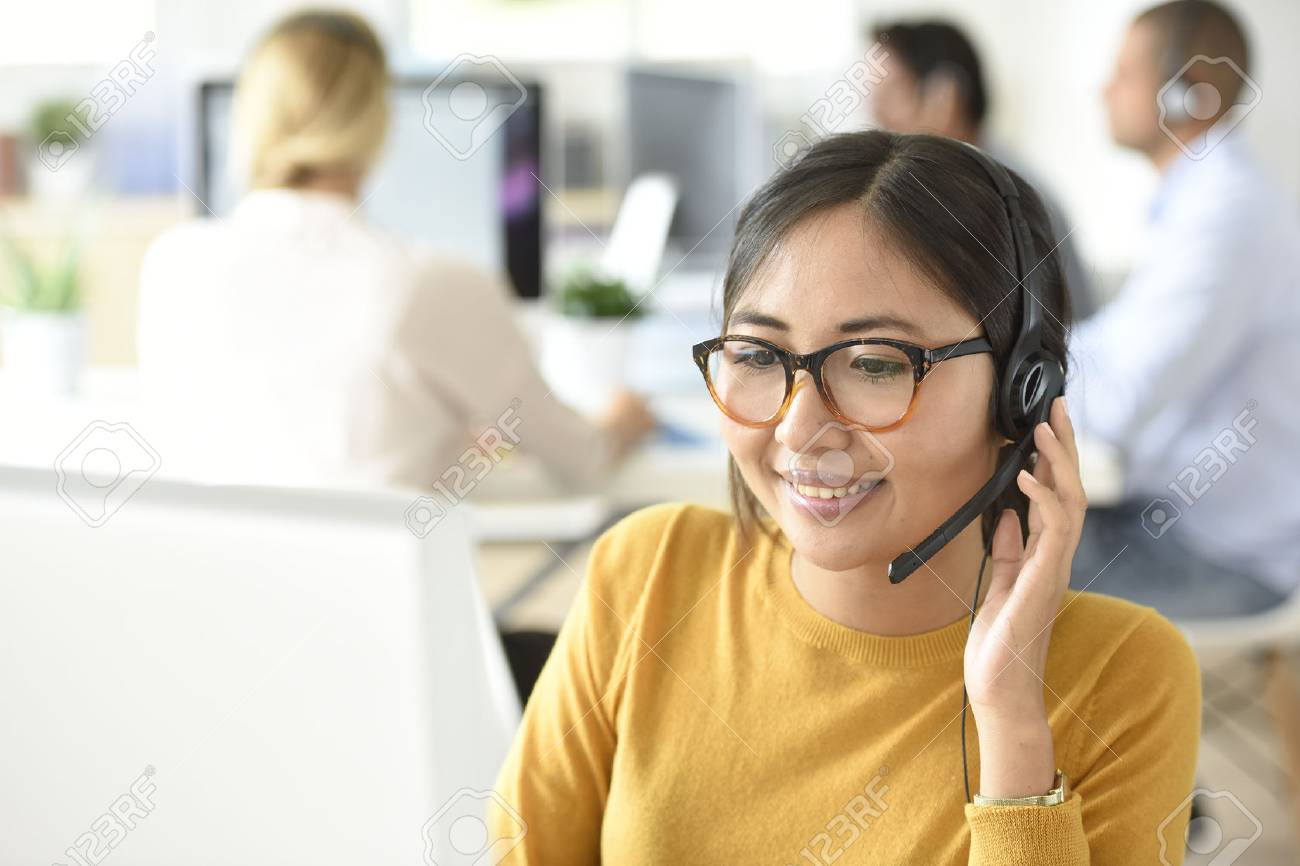 Customer service assistant working in office - 67043410