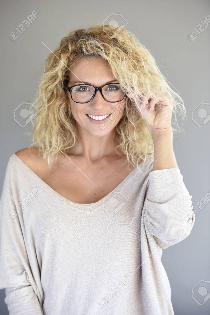 70cc77bb52275a Portret Van Aantrekkelijke Blonde Vrouw Met Bril