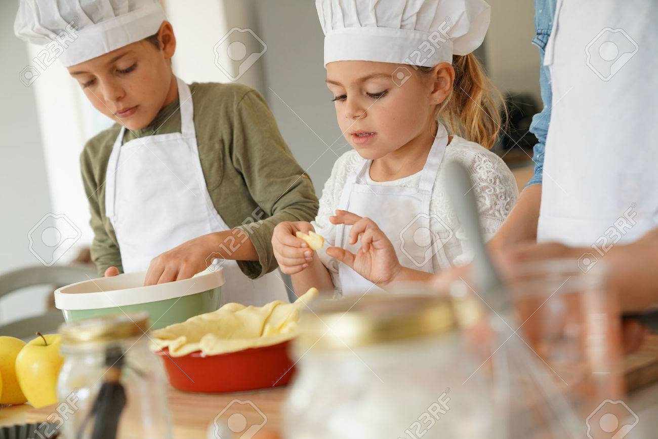 Kids in cooking class workshop preparing apple pie Standard-Bild - 67361882