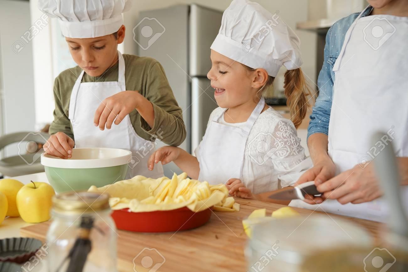 Les Enfants Dans L Atelier De Cours De Cuisine Preparant La Tarte