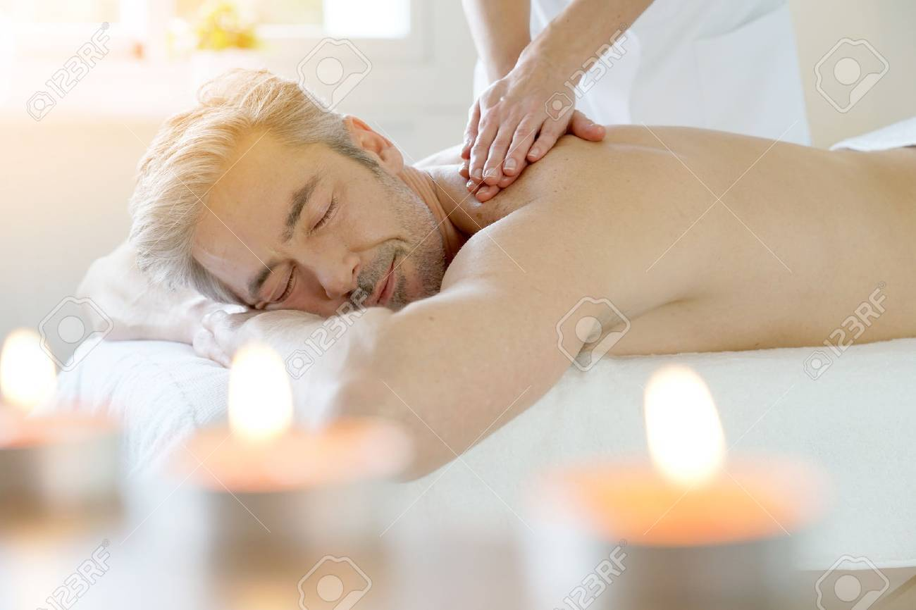 Man relaxing on massage table receiving massage Banque d'images - 71851355