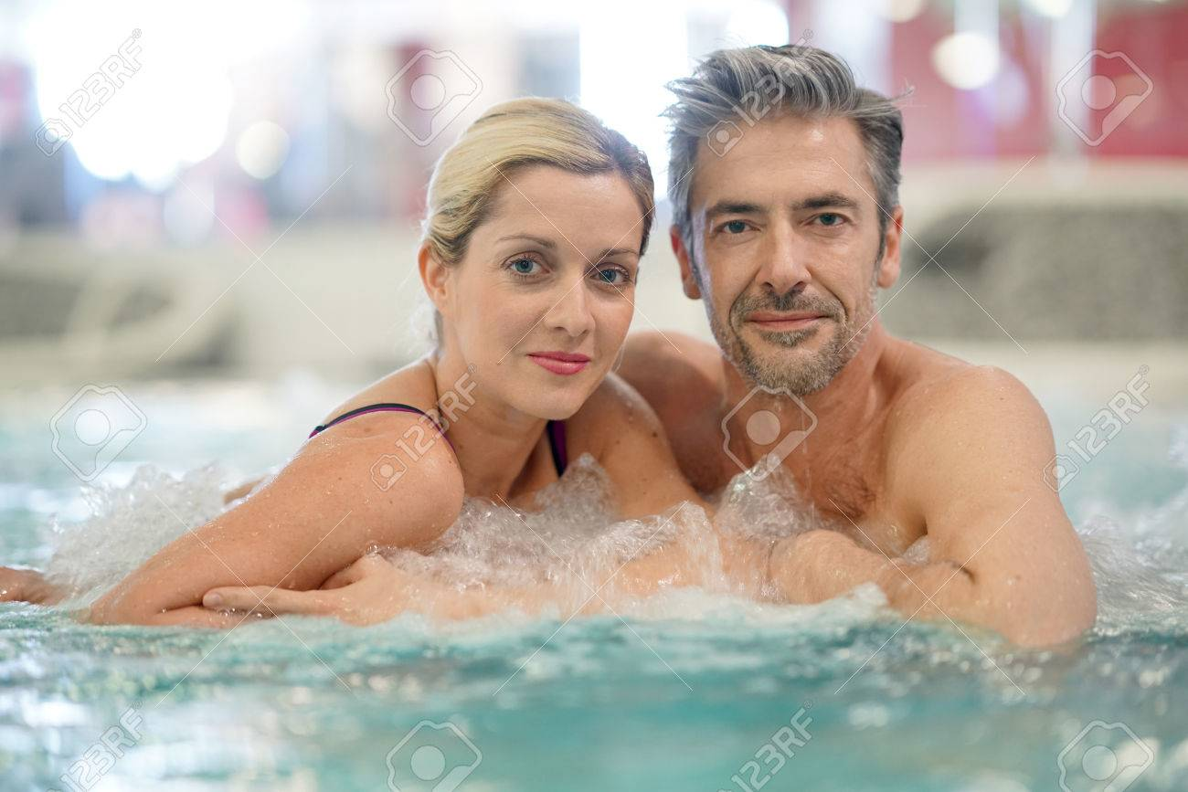 Couple de détente dans le bain à remous de thalassothérapie