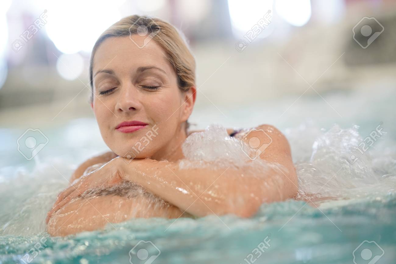 Middle-aged woman enjoying thermal bath in thalassotherapy center - 72524452
