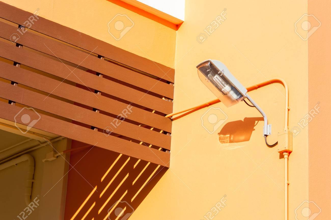 Muur Licht Op Oranje Muur Van Modern Huis Royalty-Vrije Foto ...