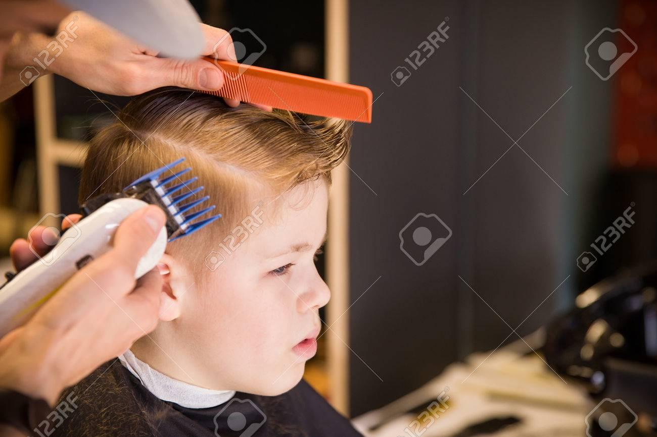Nahaufnahme Des Menschen Hände Kind Junge Haare In Friseurladen