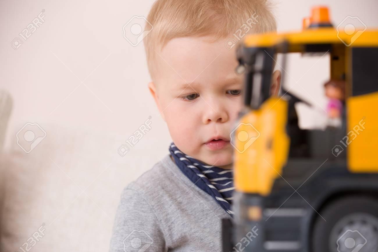 Table En De Enfant À Grosse Portrait Avec Home Construction Bas D'enfant Une Assis Voiture little Jouant Âge Garçon Sa La Adorable NPk80OwXn