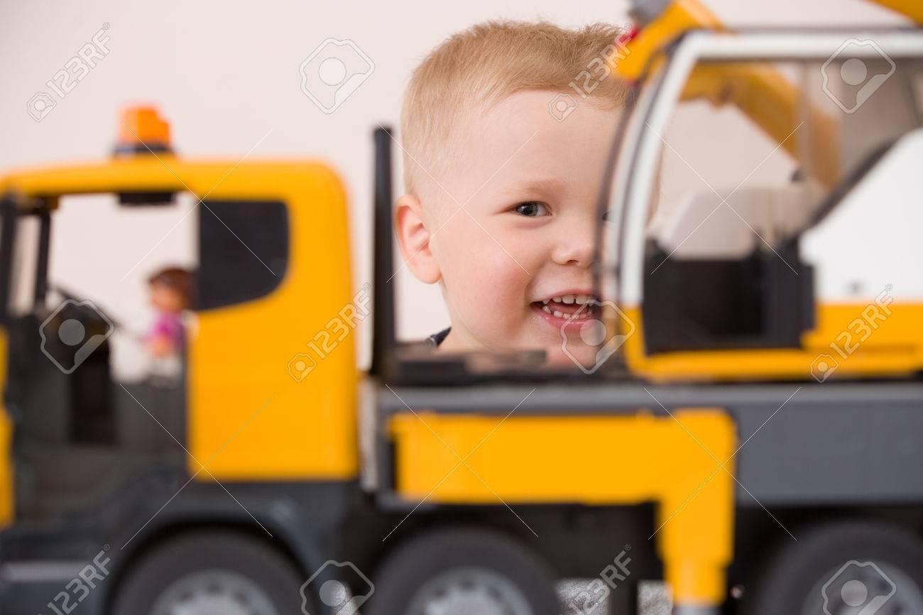 Voiture Bébé En Avec Table MaisonPetit La Assis De Jouant Une Garçon Grosse Sourire Portrait EnfantJouet À Construction Adorable 1uFclJ5TK3
