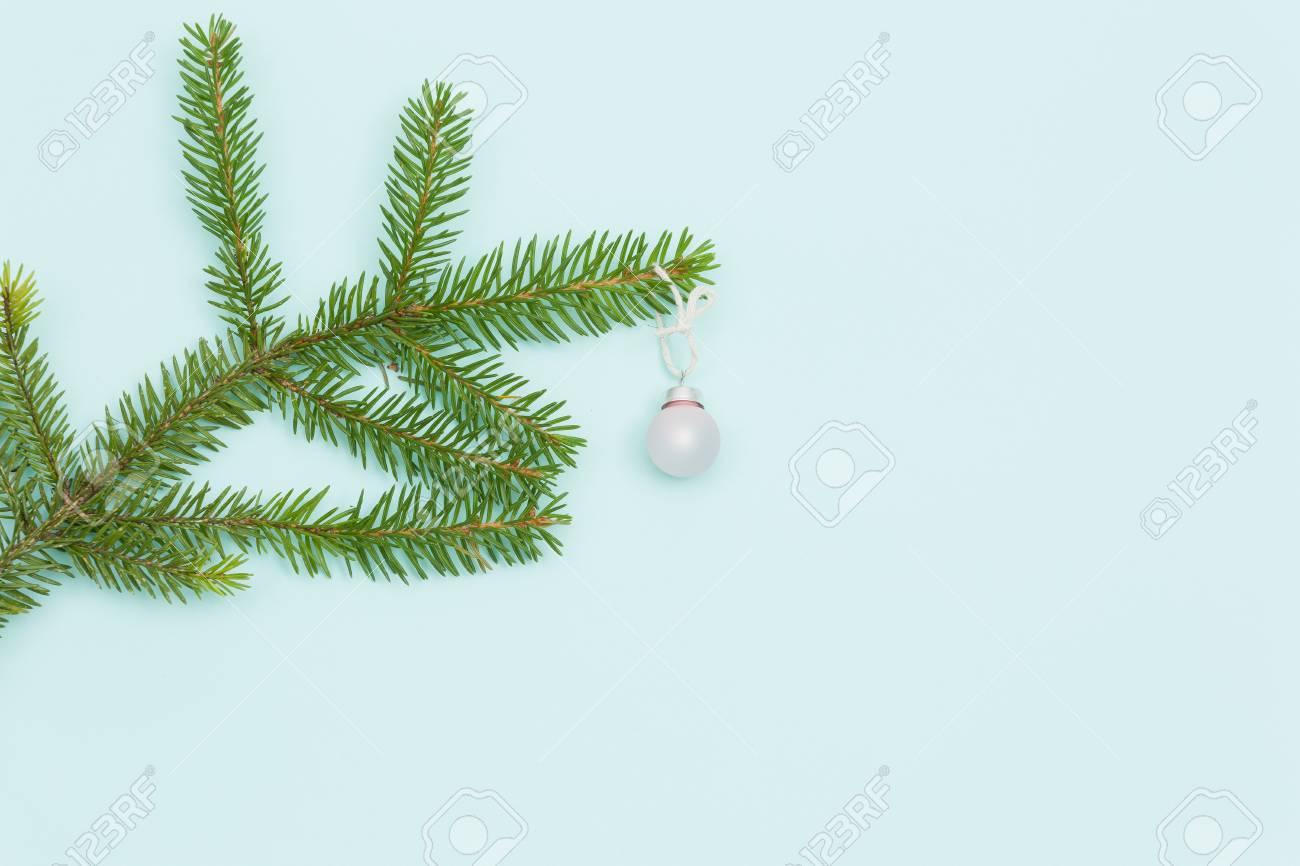 Albero Di Natale Con Decorazioni Blu : Vista superiore sul ramo di un albero di natale con la bella