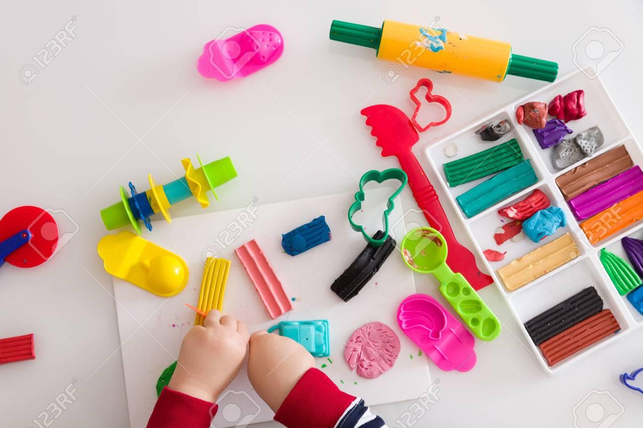 De Handen Van Het Kind Met Kleurrijke Klei Het Spelen Van De Peuter
