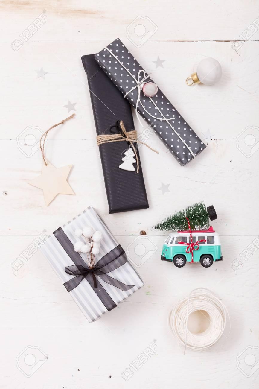 Draufsicht über Nette Weihnachtsgeschenke Verpackt Im Schwarzen Und ...