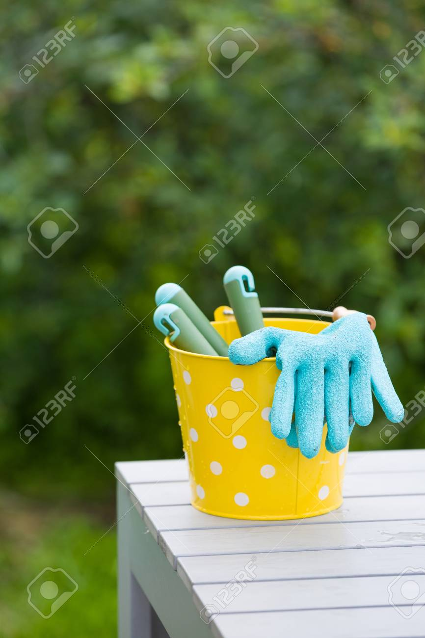 Seau Jaune Avec Des Outils De Jardin Et Des Gants De Sécurité En ...