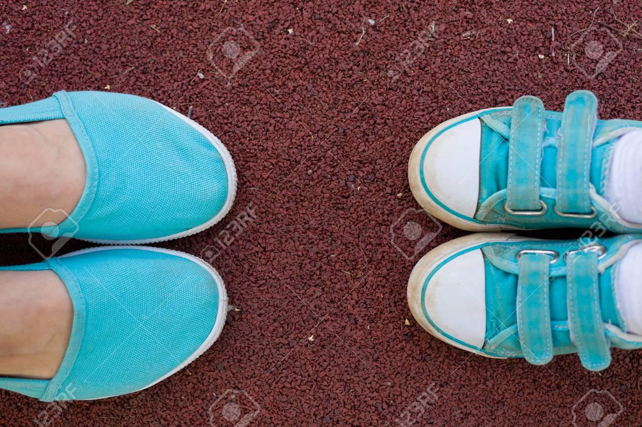Pieds Un Chaussures Féminins PrèsEnsembleFamilleMère Au Fils Dans Des De TurquoiseLes Baskets Sport Sol Sont Enfants Et Parc PkZXiTOuwl
