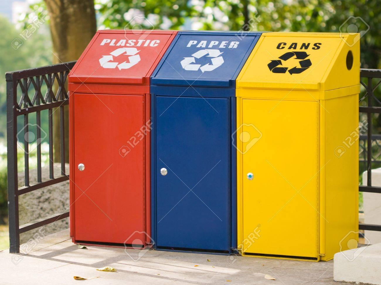 Assez Trois Bac De Recyclage Pour Les Canettes, Le Plastique Et Le  RY11
