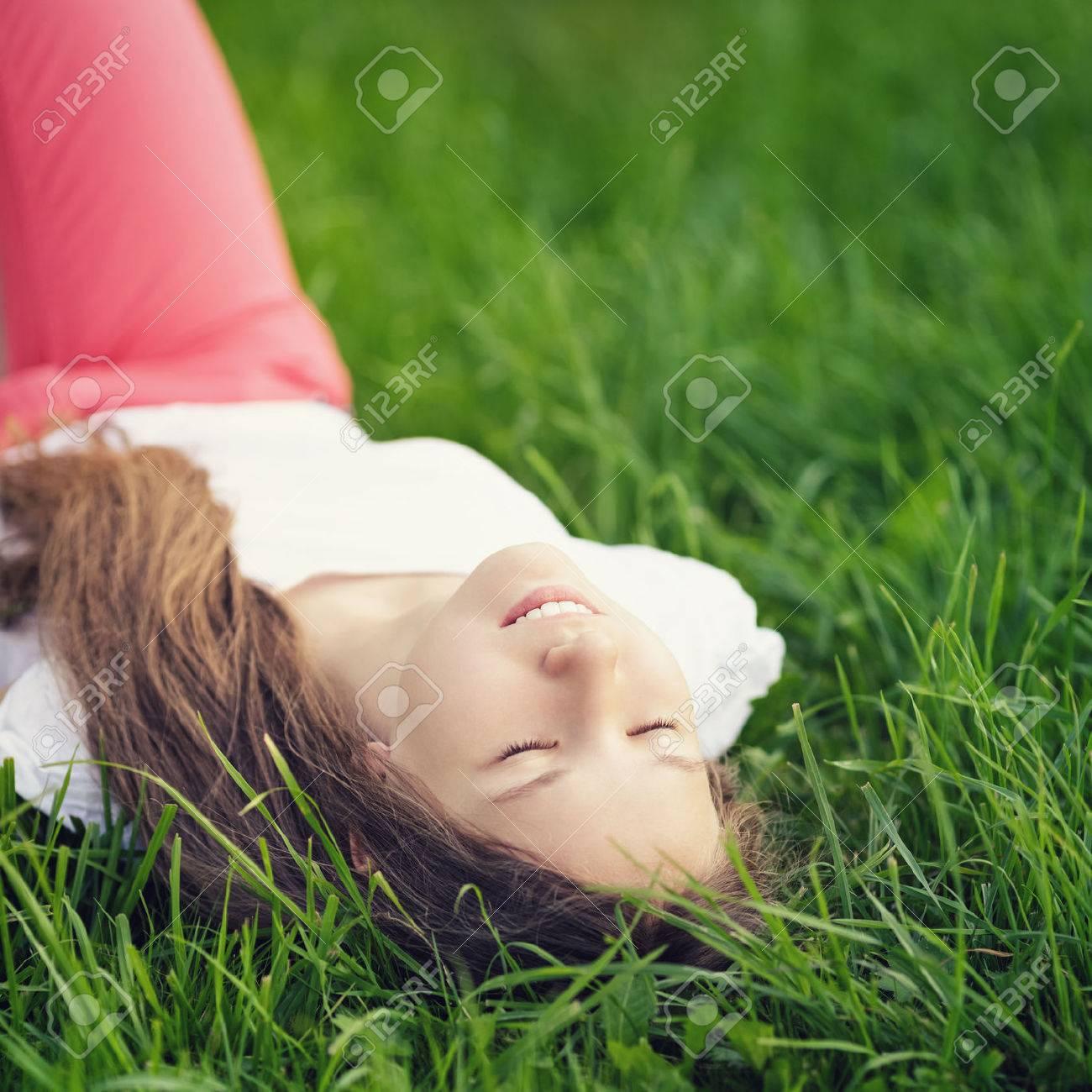 Спящая молодая девушка 25 фотография