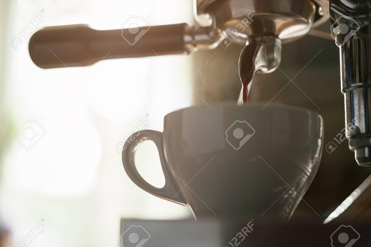 Préparant Peu Café De La CappuccinoFoyer L'expresso Profond Professionnelle À Dans Machine Tasse Rj354AL