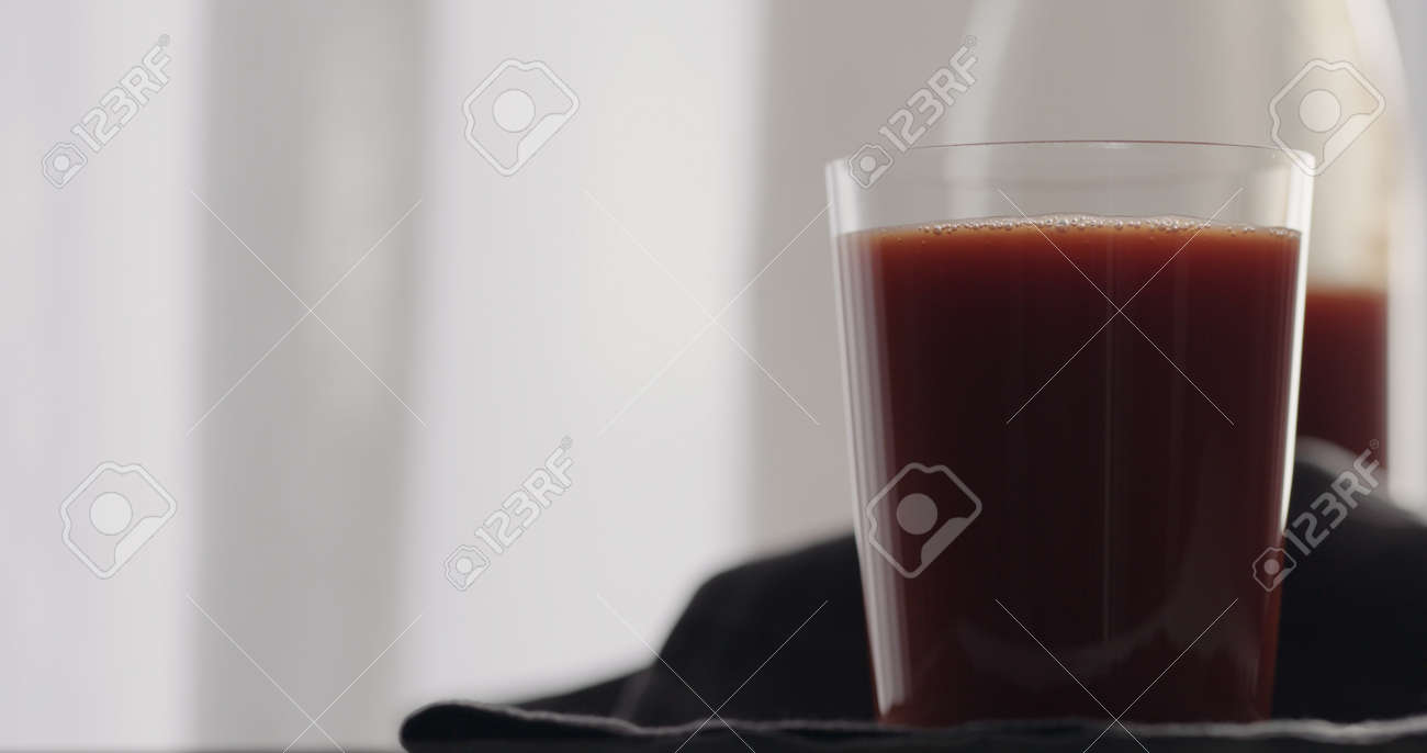 tomato juice into tumbler glass - 174261800