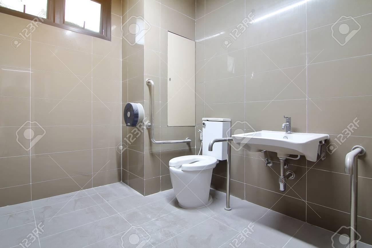 Badezimmer Für Senioren Und Behinderte Wurde Neu Gebaut Und Wurde ...