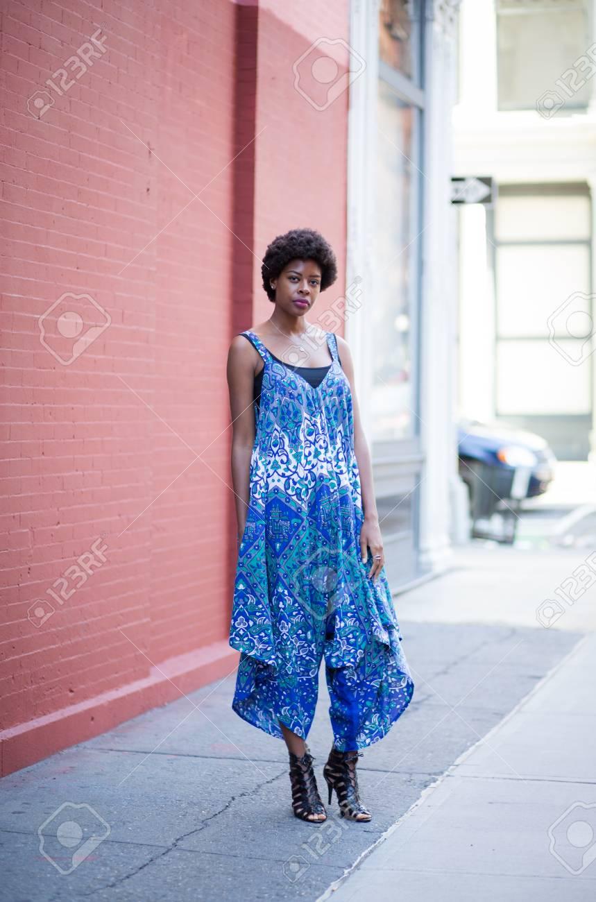Junge Mode African American Frau Im Blauen Kleid Auf Stadtstraße ...