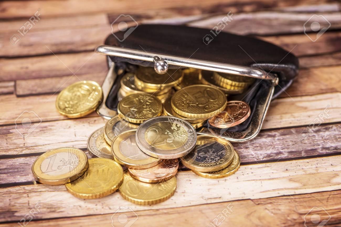 Ffnen Sie Mappe Mit Vielen Euro Münzen Lizenzfreie Fotos Bilder Und