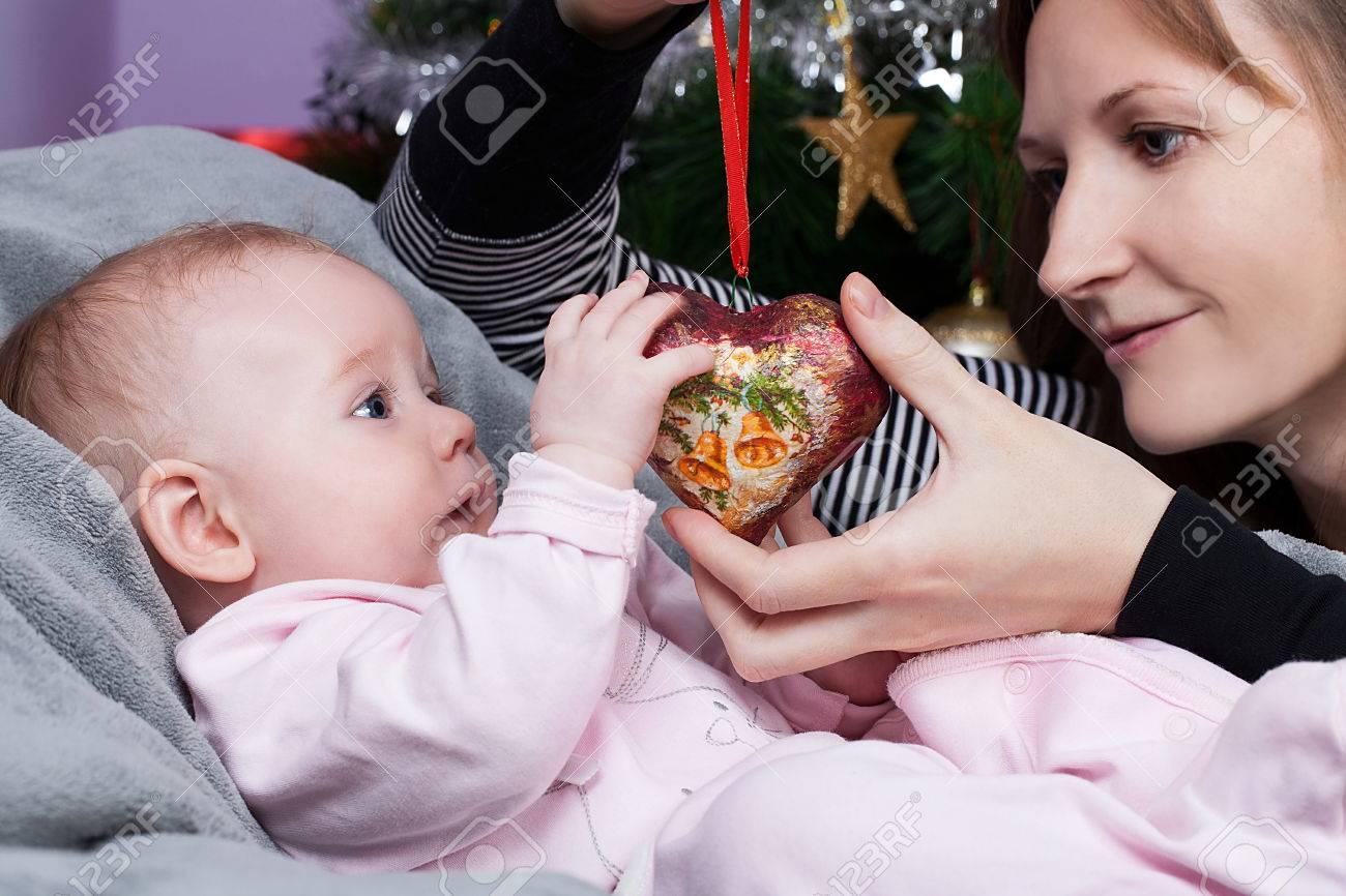 Baby Mädchen Sitzen In Rote Tasche Mit Begraund Von ...