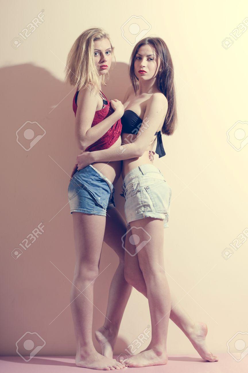 Retrato De Abrazándose Unos A Otros Sexi 2 Moda Románticas Hermosas Chicas En Pantalones Vaqueros Que Se Divierten Y Buen Tiempo En La Copia De La Luz