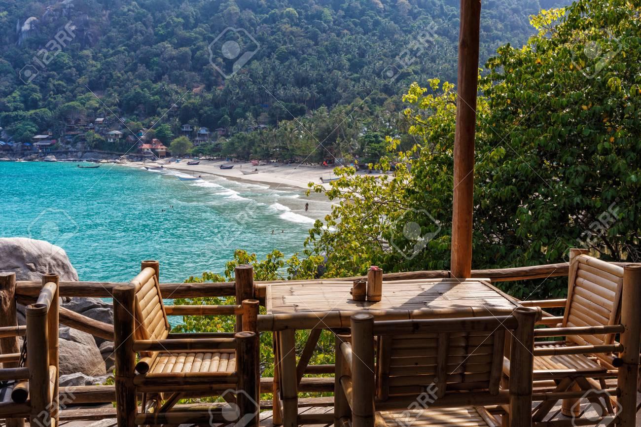 tables et chaises en bambou sur la terrasse par une journée