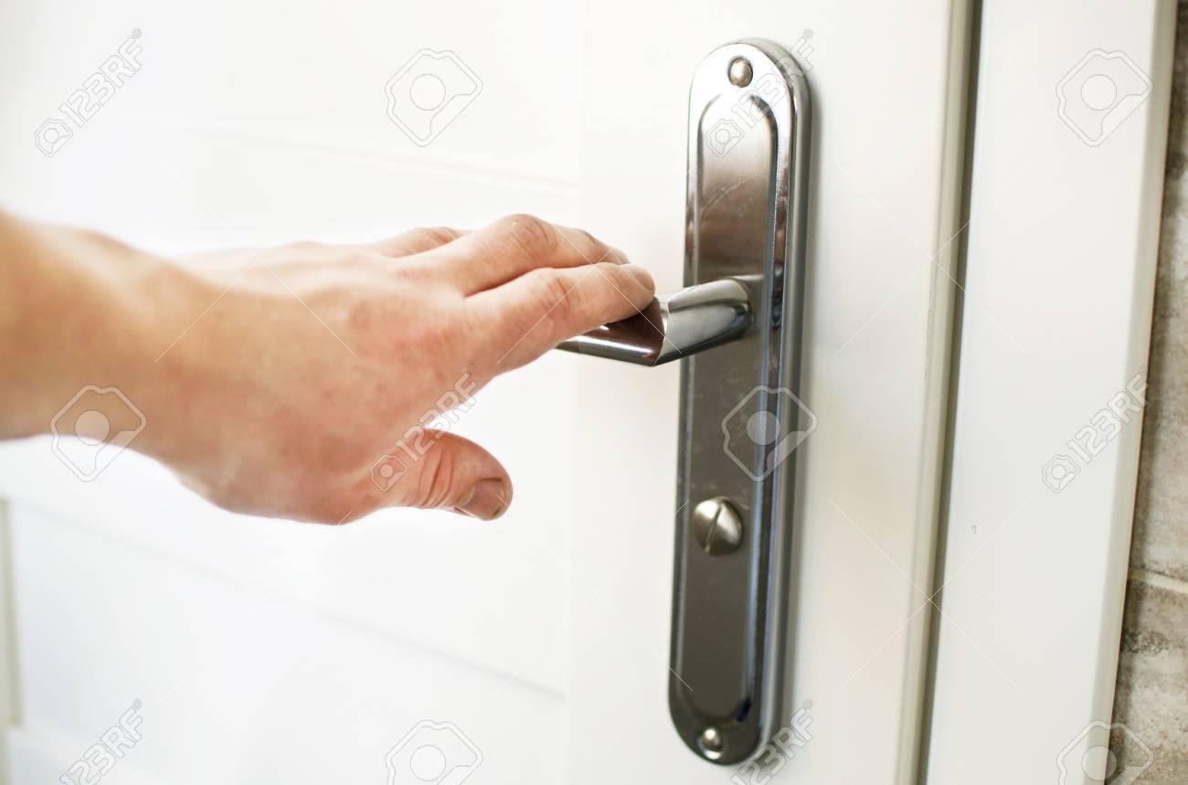 Attirant Der Prozess Auf Dem Griff Klick Auf Die Tür Zum Badezimmer Zu öffnen  Standard Bild