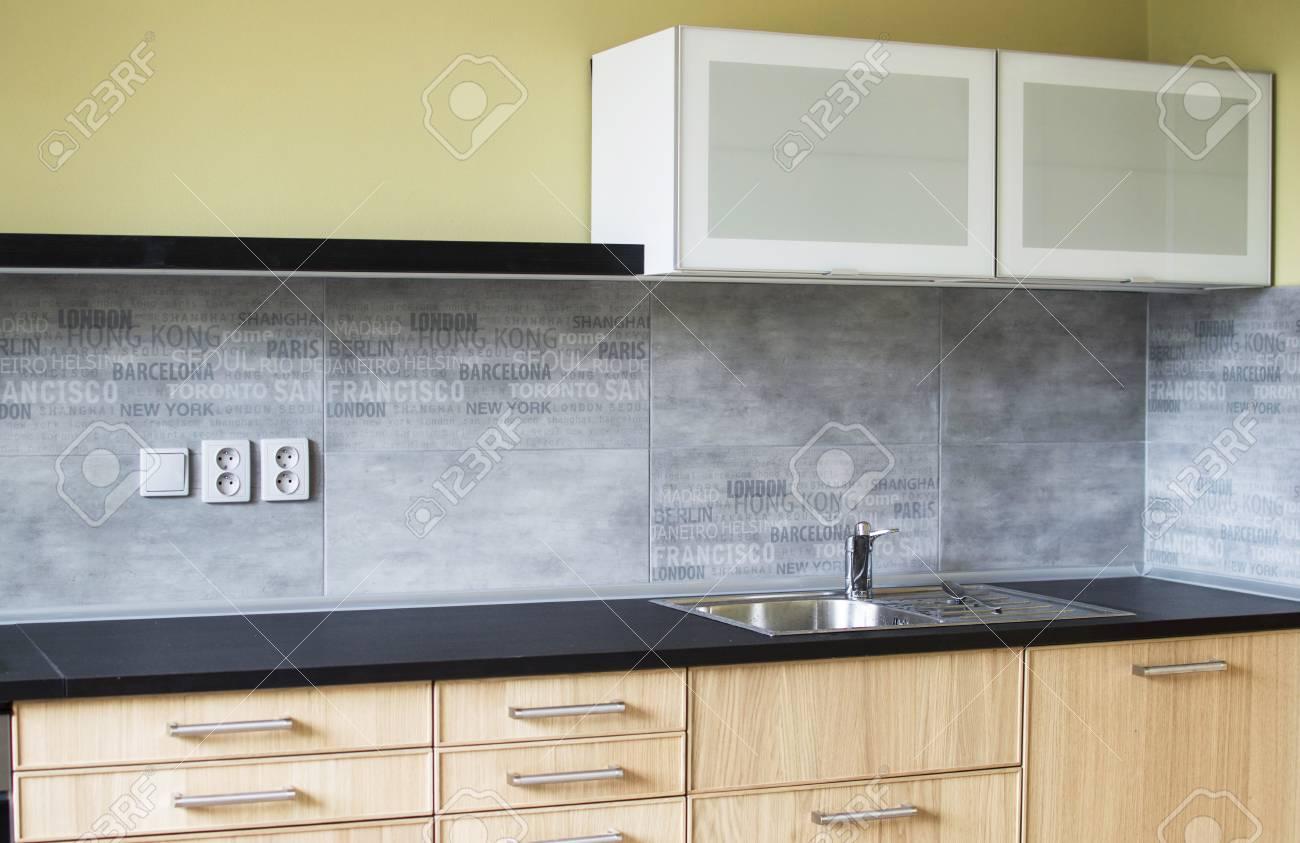 Designkamer met een moderne keuken en decoraties royalty vrije foto