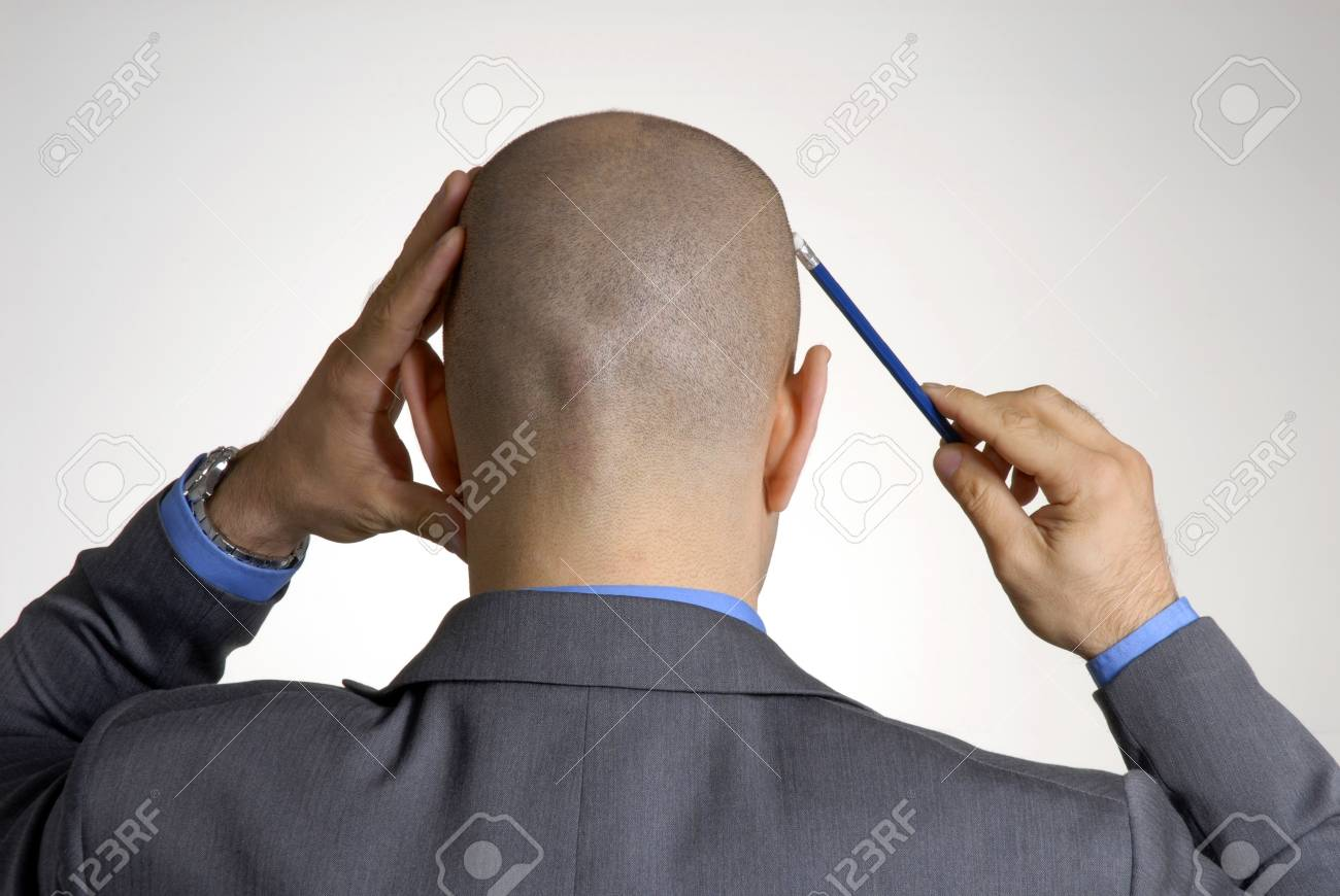 ハゲのビジネスマンは青鉛筆で頭をかく の写真素材 画像素材 Image