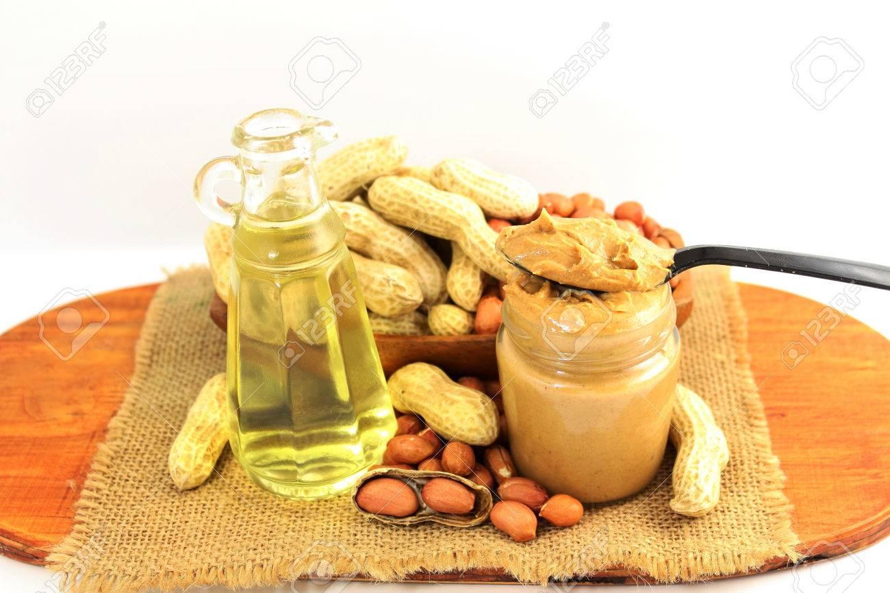 le beurre d'arachide et les arachides entières et pelées avec de l
