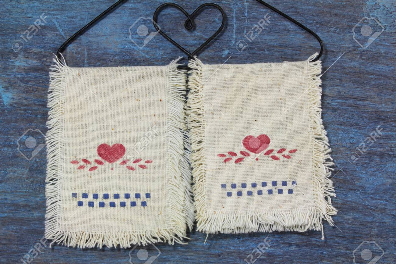 Liebe Holzuntergrund Auf Kleiderbugel Auf Stoff Hangenden Herz