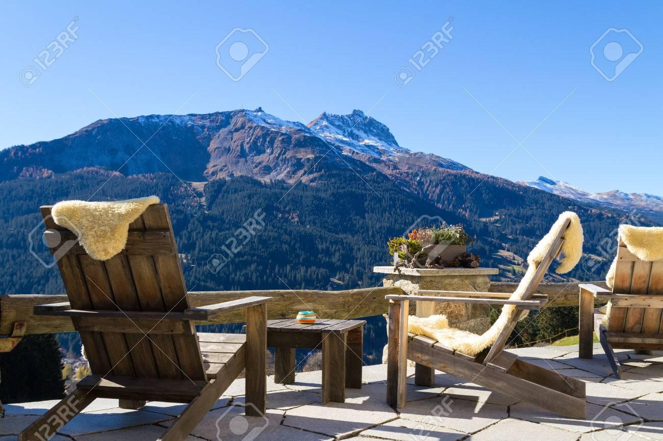 Fauteuils En Bois à Une Terrasse De Chalet De Montagne Avec Vue ...