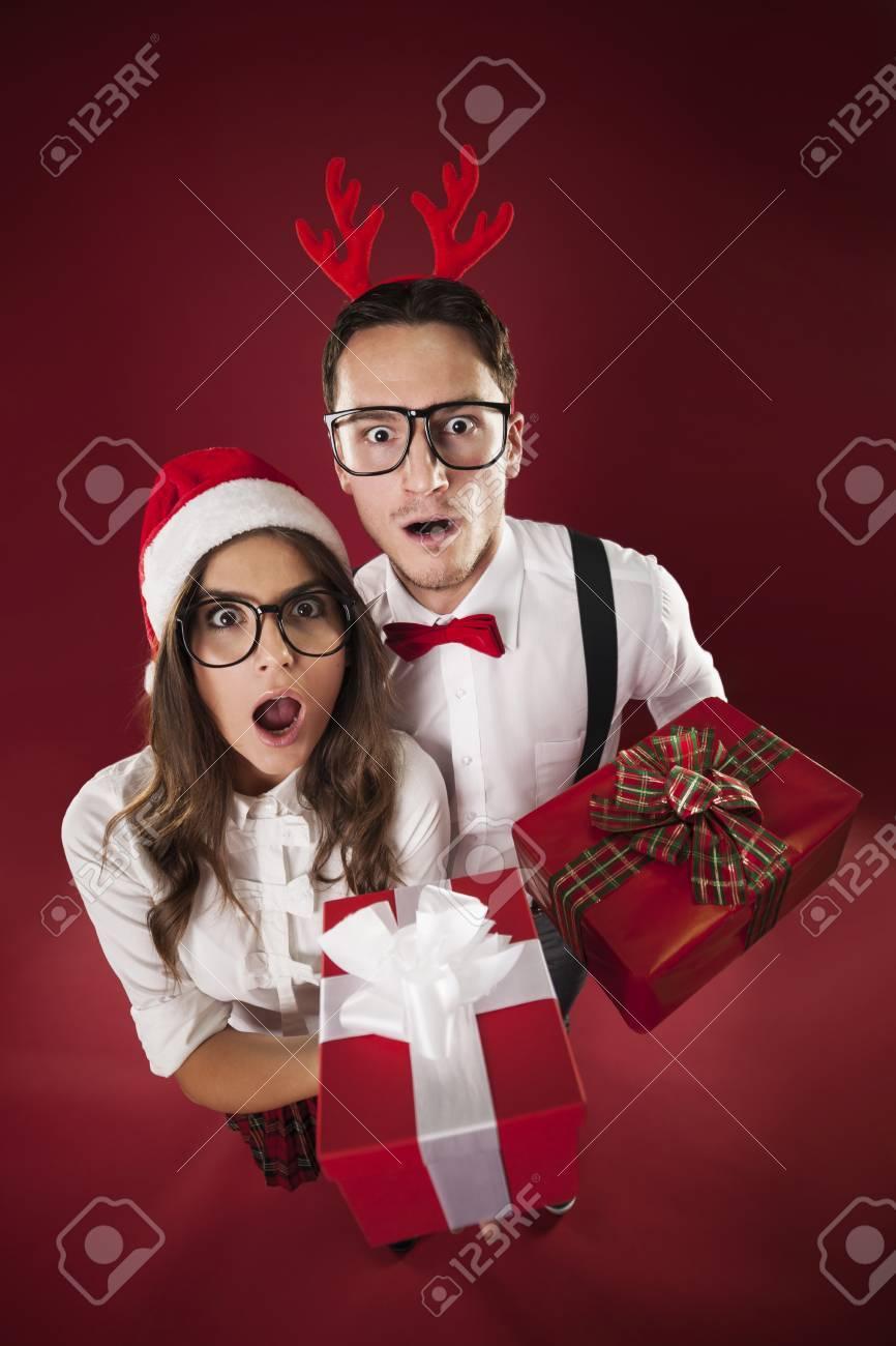 Surprise Nerd Paar Hält Weihnachtsgeschenke Lizenzfreie Fotos ...
