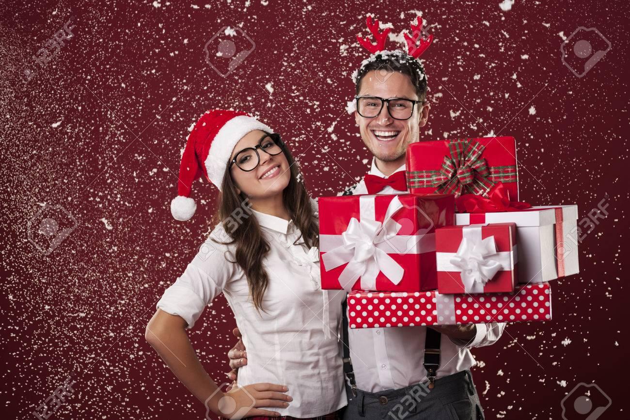 Lächeln Nerd Paar Mit Viel Weihnachtsgeschenke Während Der Schneien ...