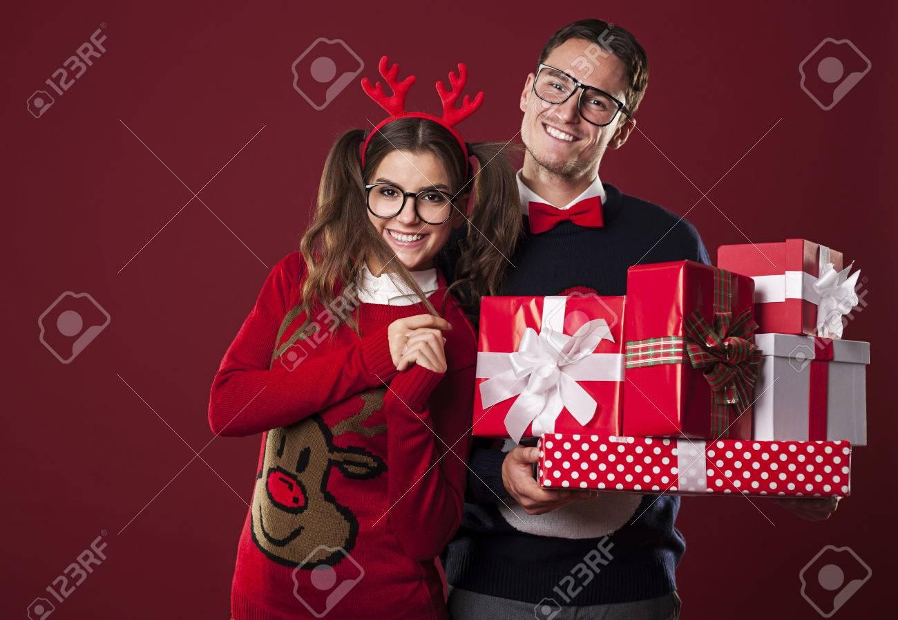 Lächelnd Paar Mit Stapel Weihnachtsgeschenke Lizenzfreie Fotos ...