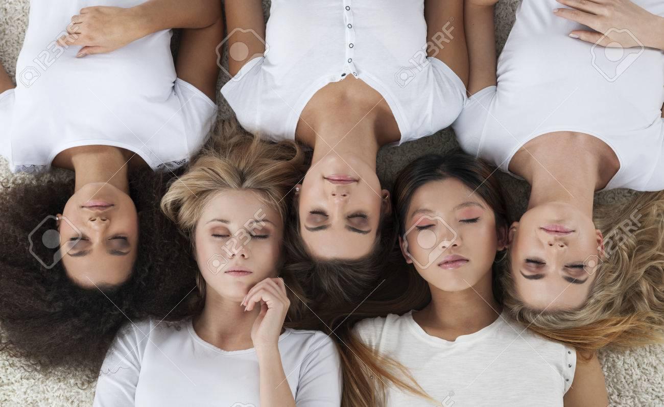 Femmes Naturelles Photos les femmes naturelles ethniques multi couché sur tapis banque d