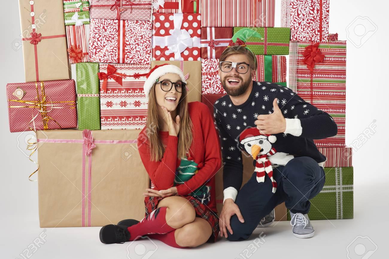 Wand Der Weihnachtsgeschenke Und Fröhliches Paar Lizenzfreie Fotos ...