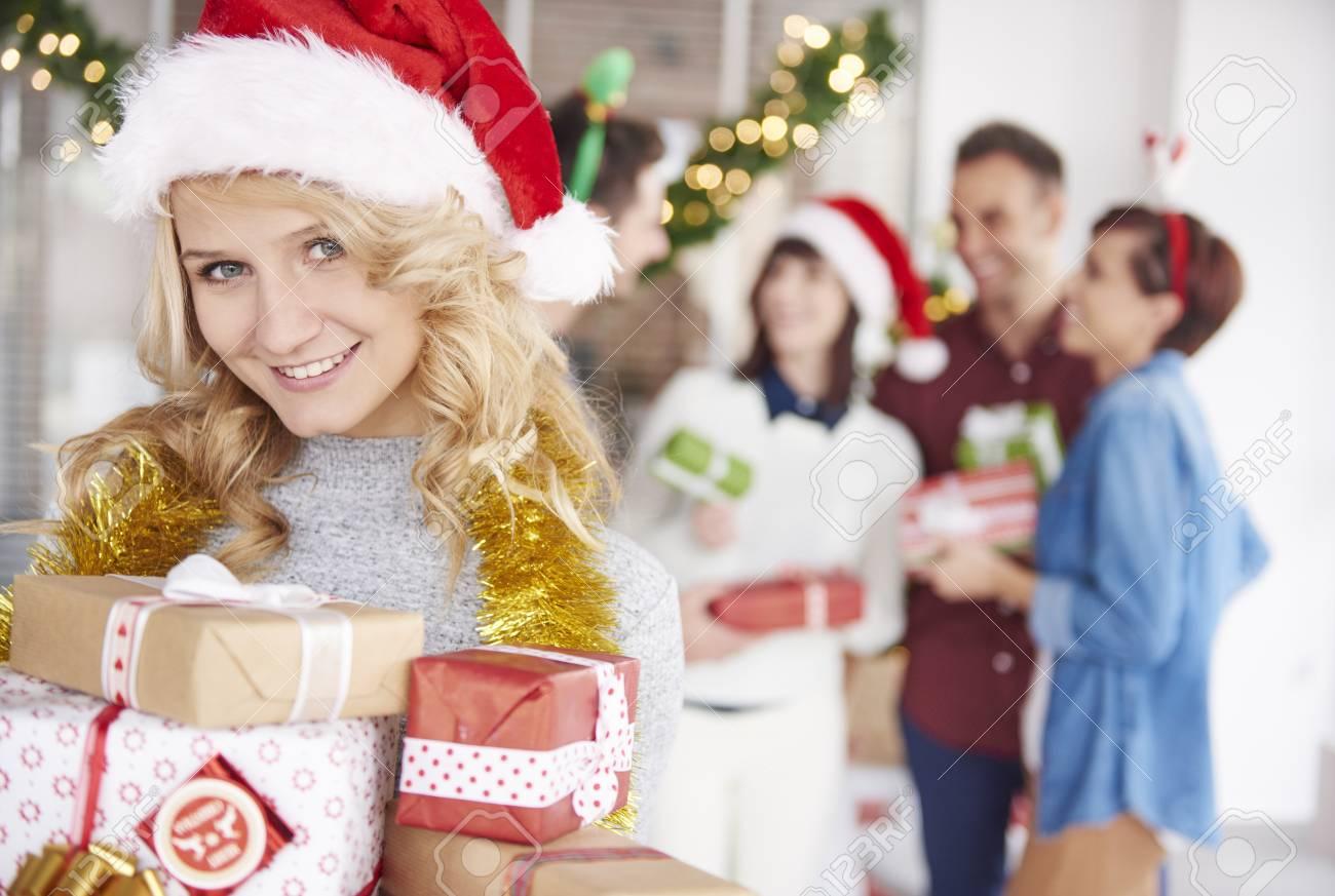 Einer Von Team Mitarbeiter überreicht Weihnachtsgeschenke ...