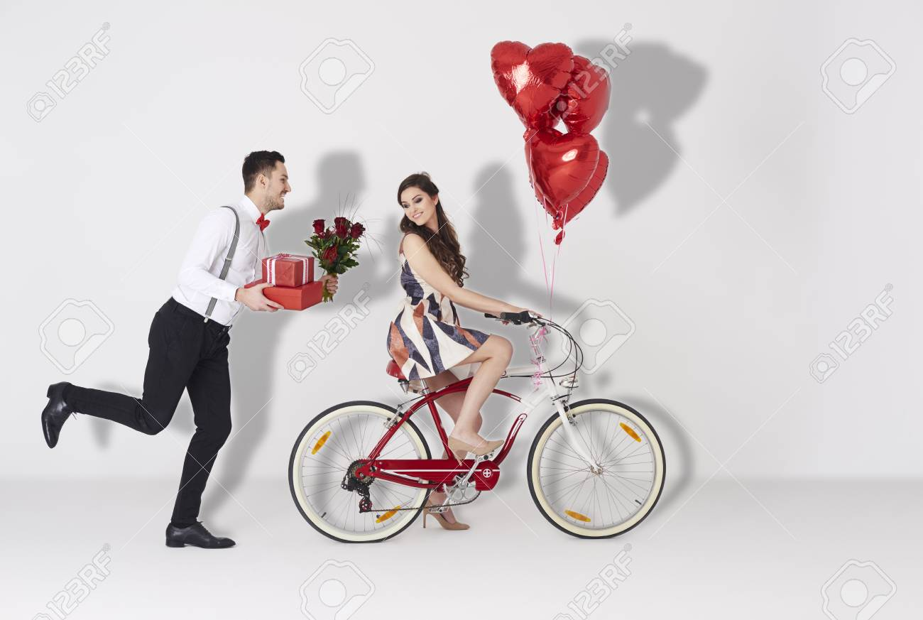 Happy couple with gift and heart shaped balloon - 72403229