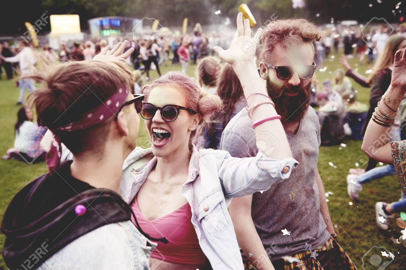 Good vibes only with friends at the festival - 81283952